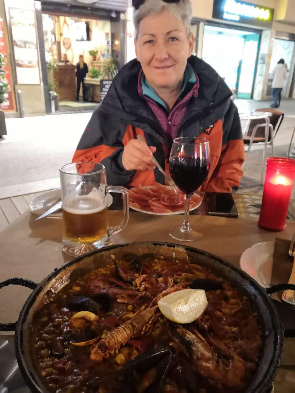 Večerní paela během výletu do Barcelony